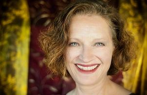 Die fröhliche Sängerin lächelt strahlend Portrait